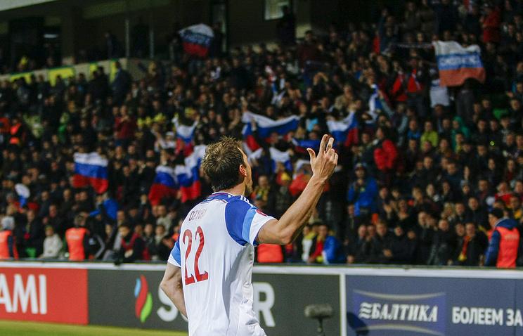 Артем Дзюба празднует забитый мяч в матче между сборными Молдавии и России