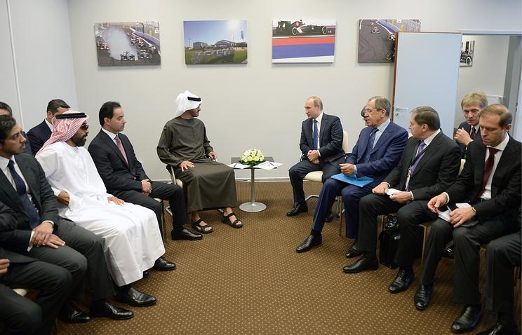 Наследный принц Абу-Даби, заместитель верховного главнокомандующего вооруженными силами ОАЭ Мохаммед Аль-Нахайян и президент РФ Владимир Путин (в центре)