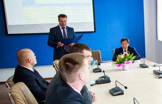 Сергей Сарицкий (в центре на дальнем плане)