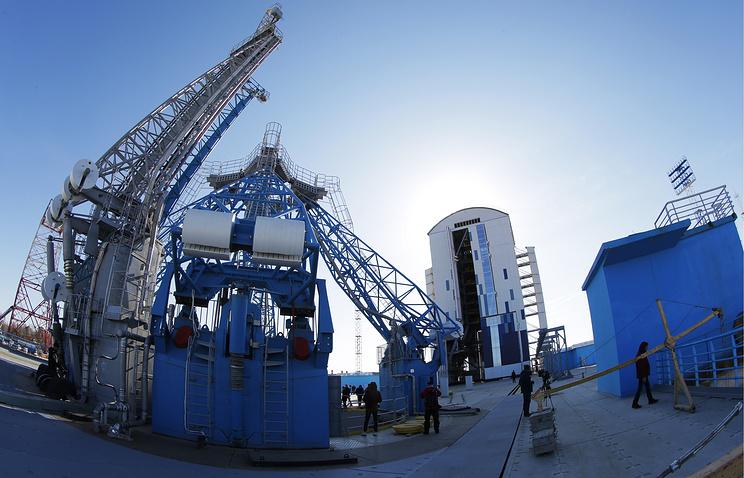 Вид на стартовый комплекс и мобильную башню обслуживания (МБО) строящегося космодрома Восточный