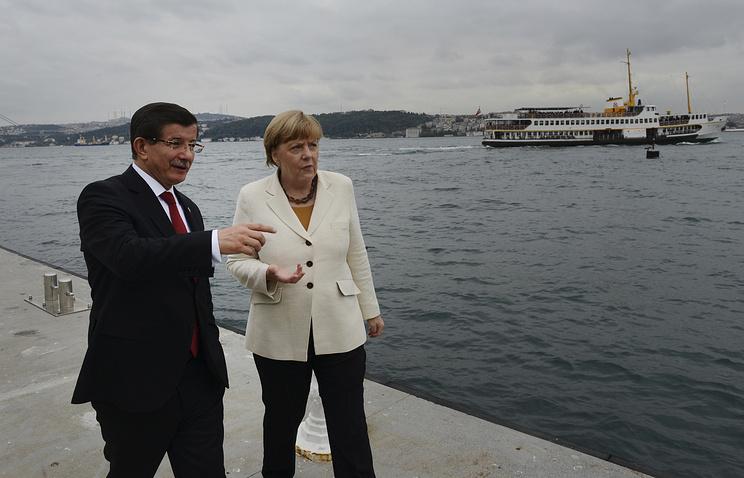 Премьер-министр Турции Ахмет Давутоглу и канцлер Германии Ангела Меркель