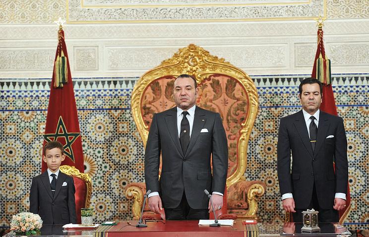 Король Марокко Мухаммед VI (в центре), его сын и наследный принц Мулай Хасан (слева) и брат Мулай Рашид (справа)