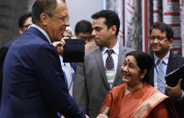 Министр иностранных дел России Сергей Лавров и министр иностранных дел Индии Сушма Сварадж во время министерской встречи стран БРИКС на полях Генеральной Ассамблеи ООН