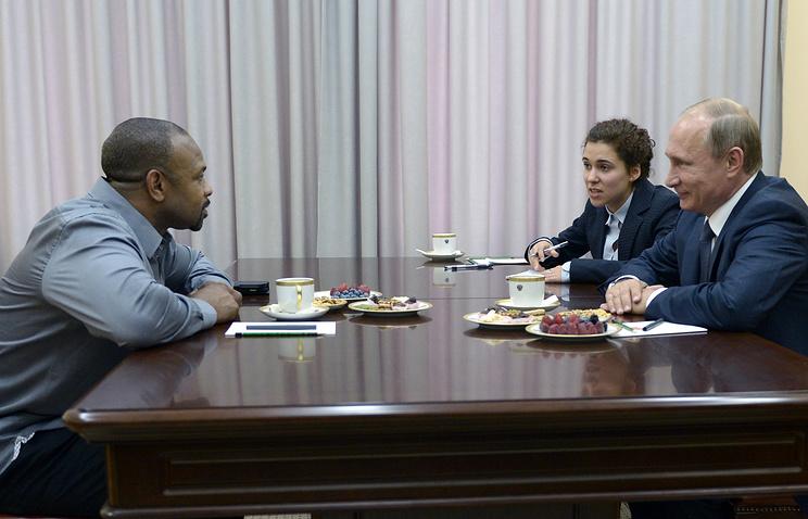 Боксер Рой Джонс-младший и президент России Владимир Путин (слева направо на первом плане) во время встречи