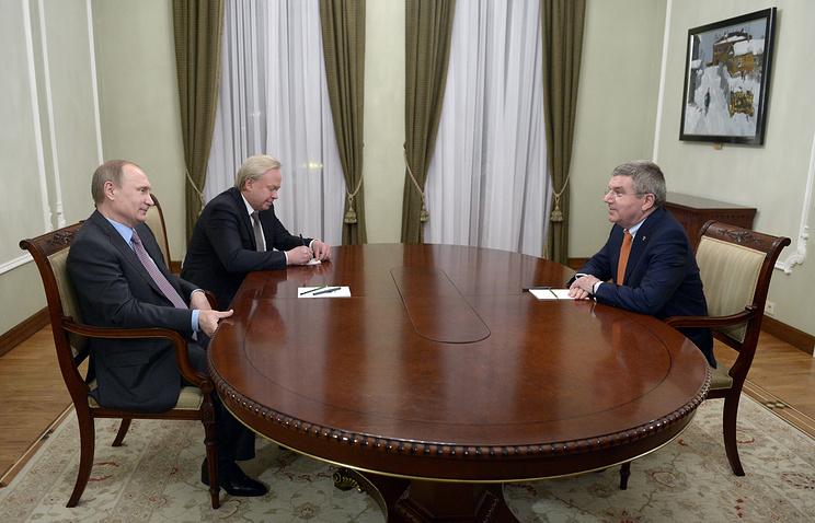 Президент РФ Владимир Путин (слева) и глава международного олимпийского комитета Томас Бах (справа)