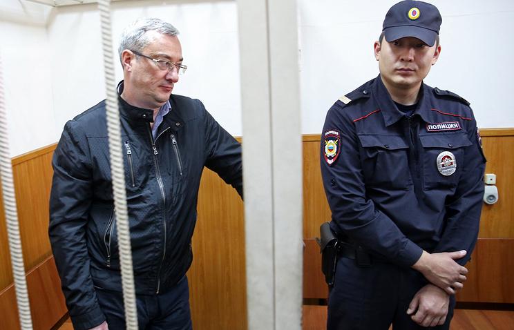 Глава Республики Коми Вячеслав Гайзер (слева) во время рассмотрения ходатайства следствия об аресте по делу об организации преступного сообщества и мошенничестве в Басманном суде