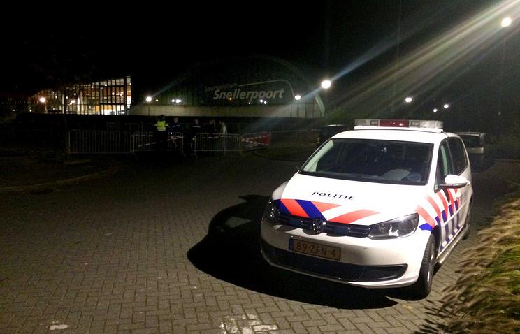 Перед зданием спортивного центра, где размещались беженцы, Вурден