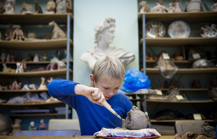 Занятия по керамике малых форм в Московском городском Дворце детского (юношеского) творчества на Воробьевых горах.
