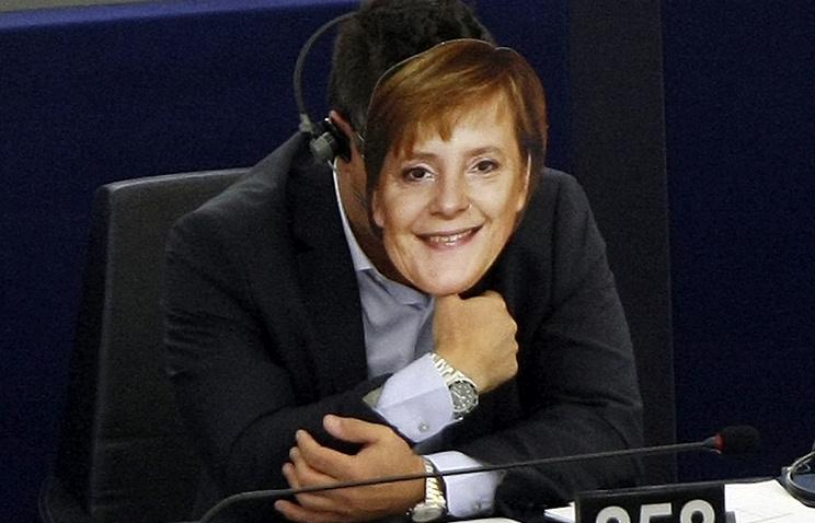 """Депутат Европарламента, член итальянской правой партии """"Лига Севера"""" Джанлука Бонанно в маске Ангелы Меркель на очередной сессии Европейского парламента в Страсбурге, сентябрь 2015 года"""