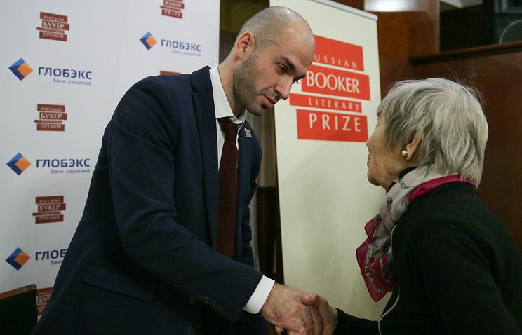 """Писатель Александр Снегирев, ставший лауреатом ежегодной литературной премии """"Русский Букер"""", на церемонии награждения"""