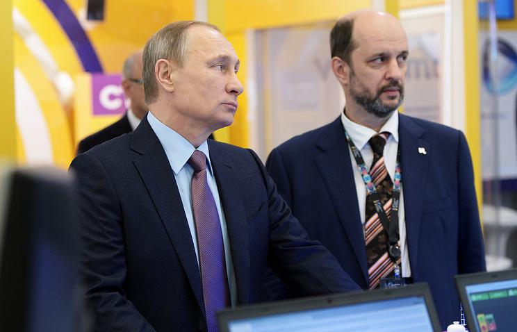 Президент России Владимир Путин и председатель совета Института развития интернета (ИРИ) Герман Клименко