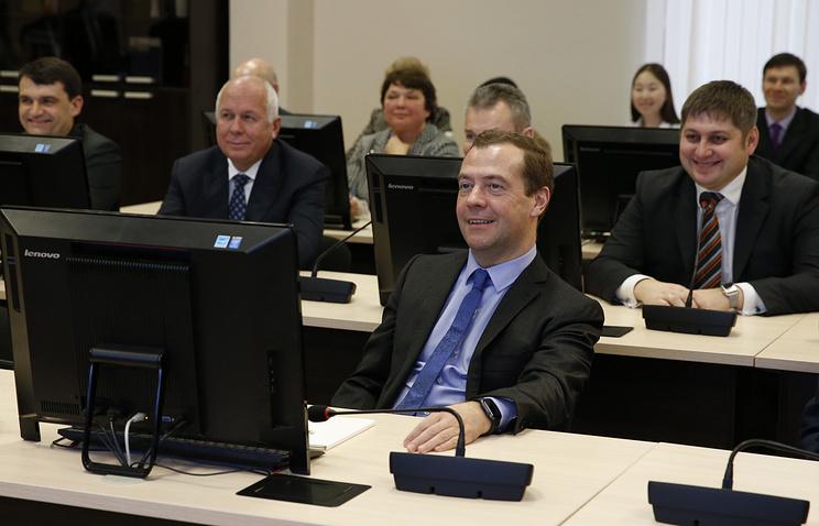 Премьер-министр РФ Дмитрий Медведев (на первом плане) во время осмотра лабораторий Российского экономического университета имени Г.В. Плеханова