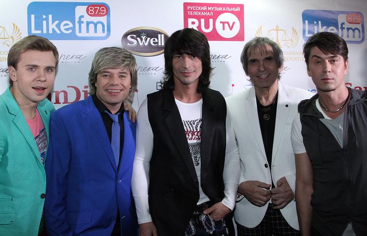 Продюсер Бари Алибасов (второй справа), участники группы На-На Владимир Политов (справа) и Вячеслав Жеребкин (второй слева)
