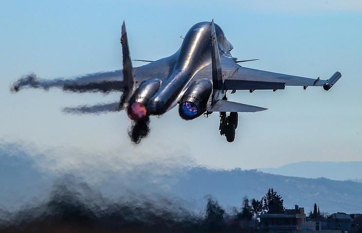 Взлет многофункционального истребителя-бомбардировщика Су-34 на аэродроме авиабазы Хмеймим