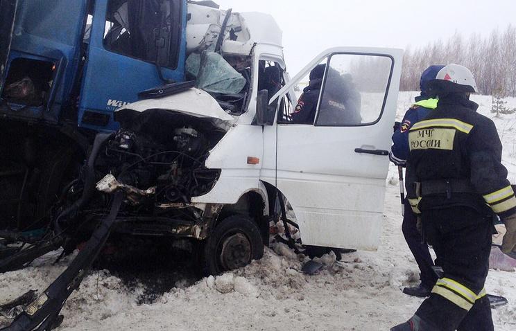 """На месте столкновения микроавтобуса Mercedes и фуры на 665 километре федеральной трассы М-5 """"Урал"""""""