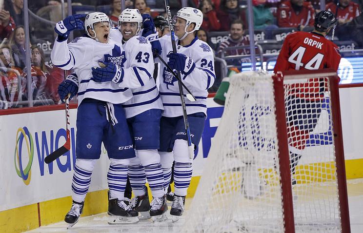 """Хоккеисты """"Торонто"""" поздравляют Никиту Сошникова (крайний слева) с первой шайбой в НХЛ"""