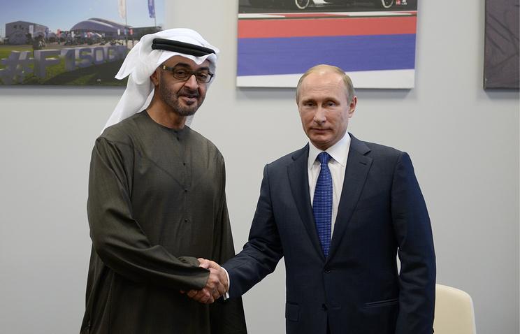 Наследный принц Абу-Даби, заместитель верховного главнокомандующего вооруженными силами ОАЭ Мохаммед Аль-Нахайян и президент РФ Владимир Путин (слева направо)