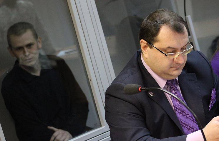 Адвокат Юрий Грабовский и его подзащитный россиянин Александр Александров (справа налево)