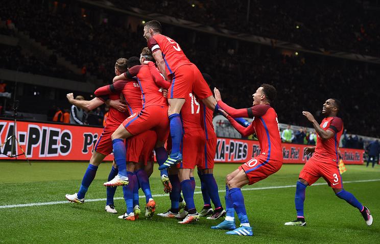 Футболисты сборной Англии после гола в ворота команды Германии в товарищеском матче