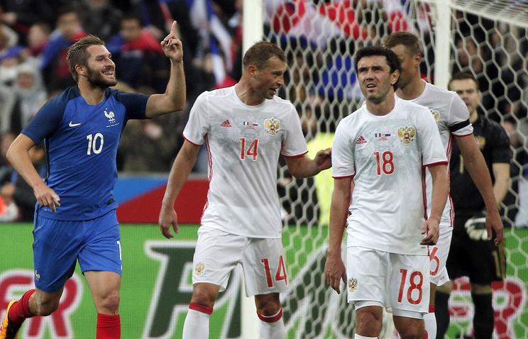 Футболисты сборной России после гола нападающего французской команды Андре-Пьера Жиньяка