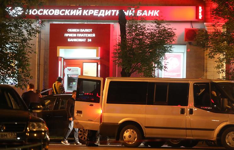 """У отделения """"Московского кредитного банка"""" на улице Первомайской, дом 5, где неизвестный захватил заложников"""