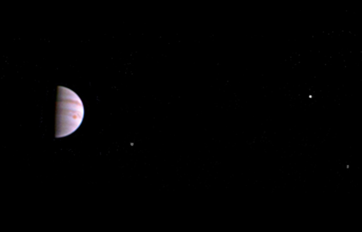 Зонд Juno сообщил наЗемлю первые фотографии Юпитера