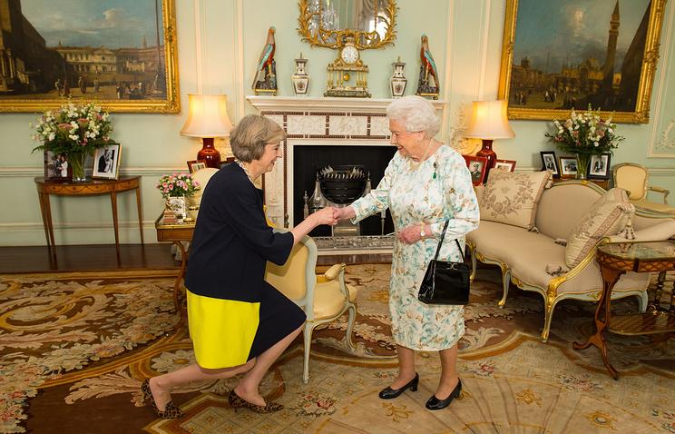 Премьер-министр Великобритании Тереза Мэй и Елизавета II