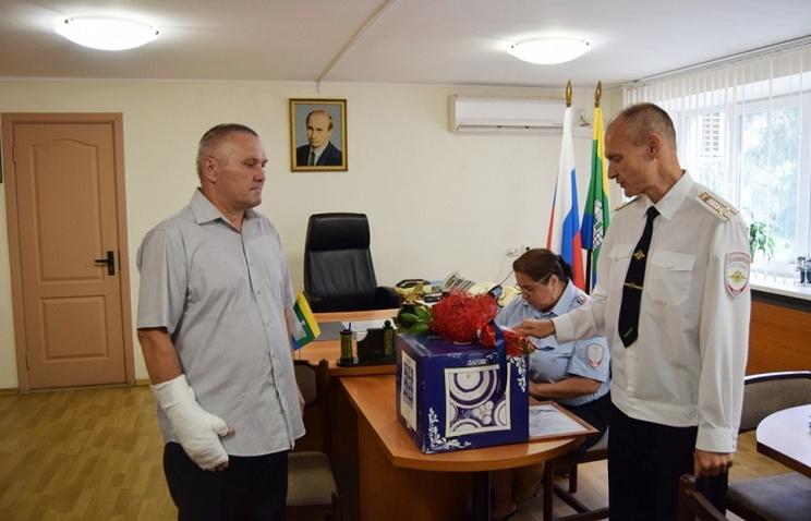 Глава полиции Екатеринбурга наградил мужчину, спасшего четырехлетнюю девочку