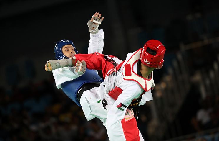 Алексей Денисенко (на втором плане) во время финального поединка против Ахмада Абугауша на Олимпиаде в Рио-де-Жанейро