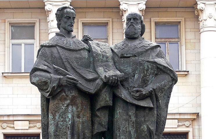 Памятник Кириллу и Мефодию. Болгарская национальная библиотека