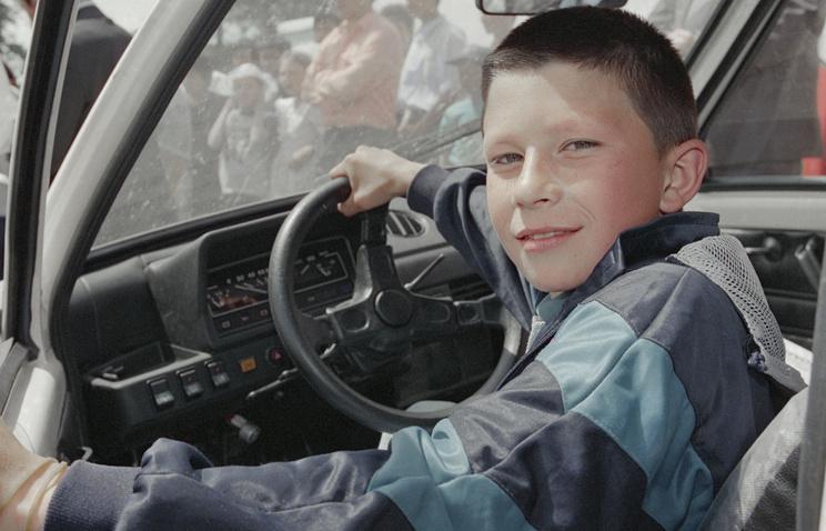 Народные избранники предлагают выдавать россиянам водительское удостоверение с16 лет