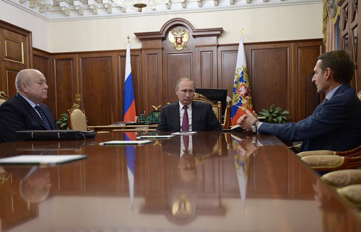 Президент России Владимир Путин, спикер Госдумы РФ Сергей Нарышкин и директор Службы внешней разведки РФ во время встречи в Кремле