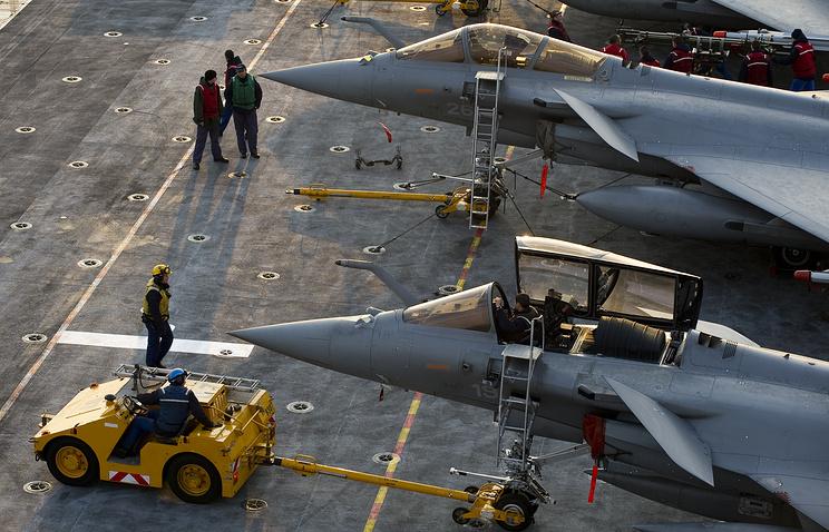 Самолеты сфранцузского авианосца начали наносить удары поИГ