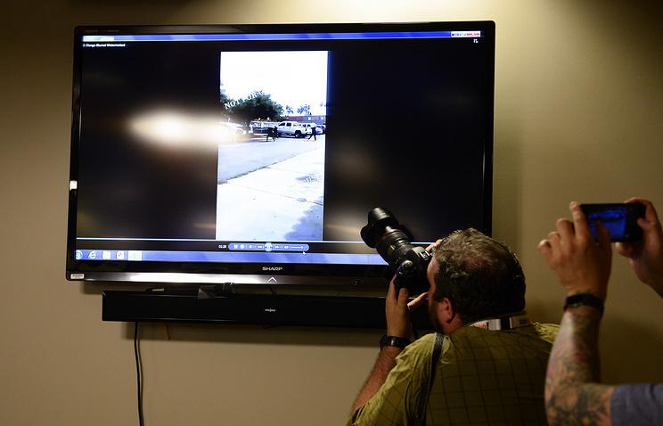 Размещено видео убийства безоружного афроамериканца полицейскими вСША