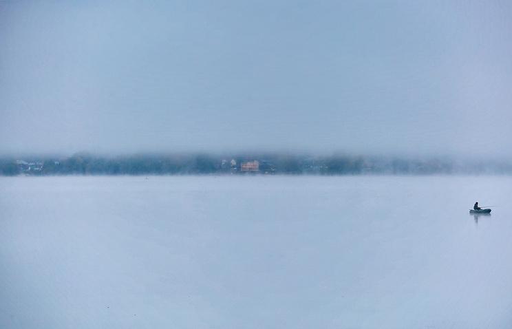 Лодку срыбаками затянуло под баржу наЕнисее
