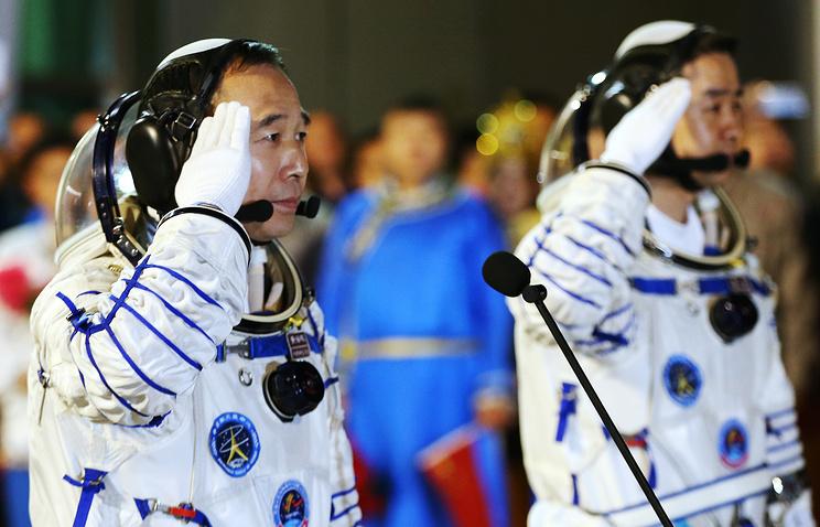 Космонавты Цзин Хайпэн и Чэнь Дун