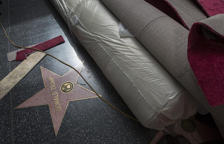 ВГолливуде мужчина скувалдой разрушил звезду Трампа