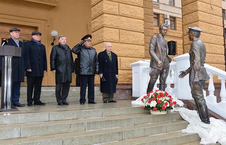 Монумент Жеглову иШарапову открыли уздания полицейского главка в российской столице