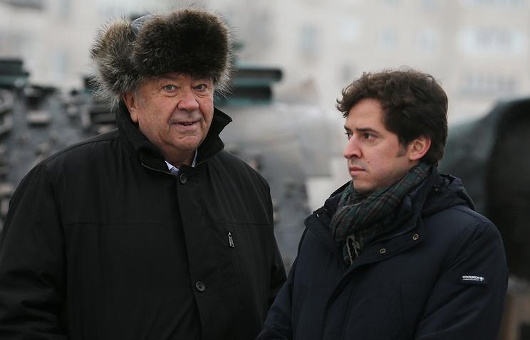 Владимир Фортов и Олег Егоров (слева направо) на церемонии открытия памятника ученым Николаю Семенову и Федору Дубовцеву на главной площади Черноголовки, 23 декабря