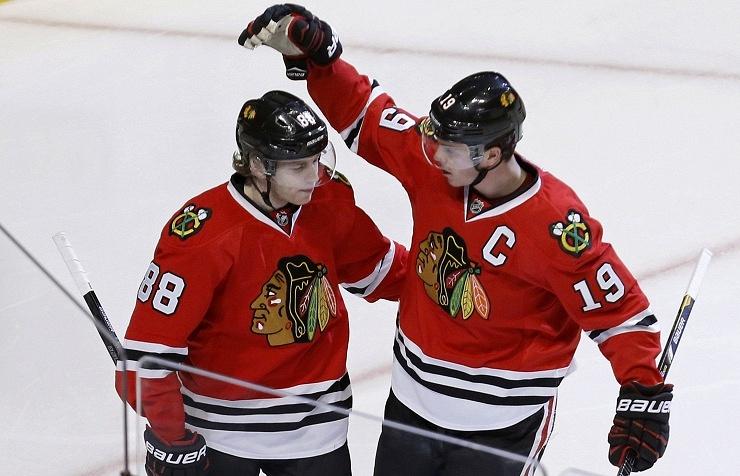 """Хоккеисты """"Чикаго"""" Патрик Кейн и Джонатан Тэйвз (слева направо)"""