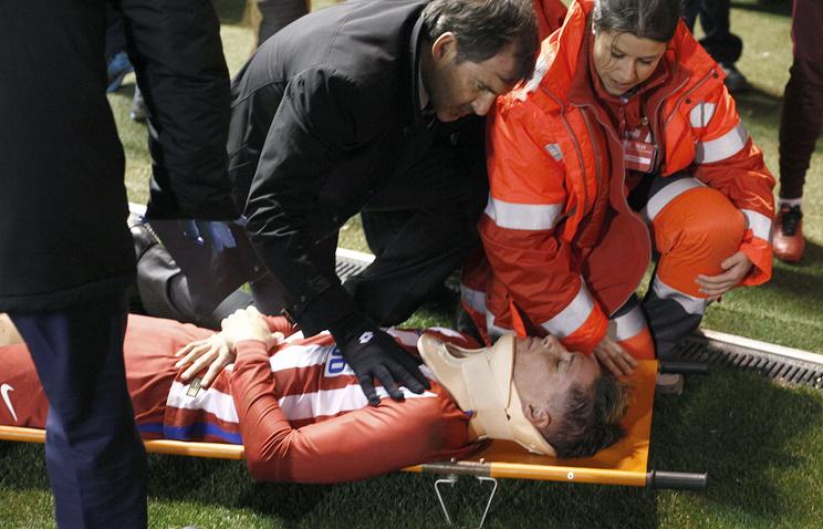"""Нападающий """"Атлетико"""" Фернандо Торрес (на носилках) после падения в матче с """"Депортиво"""""""