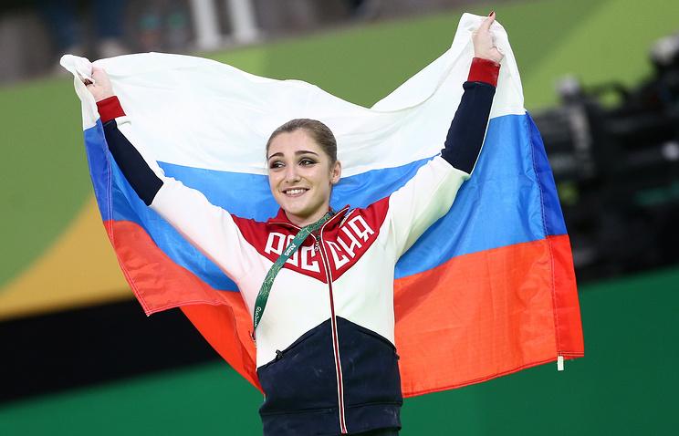 Российская гимнастка Алия Мустафина, завоевавшая золотую медаль в соревнованиях на брусьях, во время церемонии награждения призеров на летних Олимпийских играх 2016 года