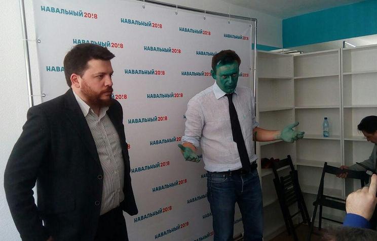 Мужчина, обливший Навального зеленкой вБарнауле, исчез в помещении краевой администрации