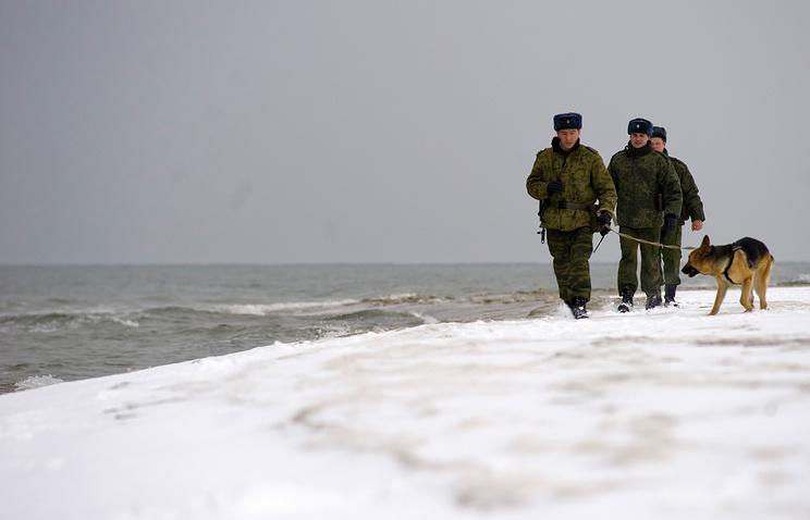 Четырехметровая торпеда снадписями нарусском всплыла уберегов Литвы