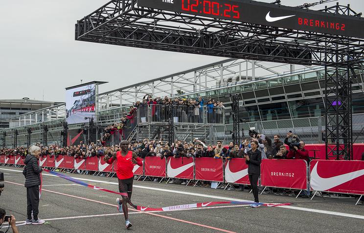Кениец Кипчоге превзошел мировой рекорд вмарафоне