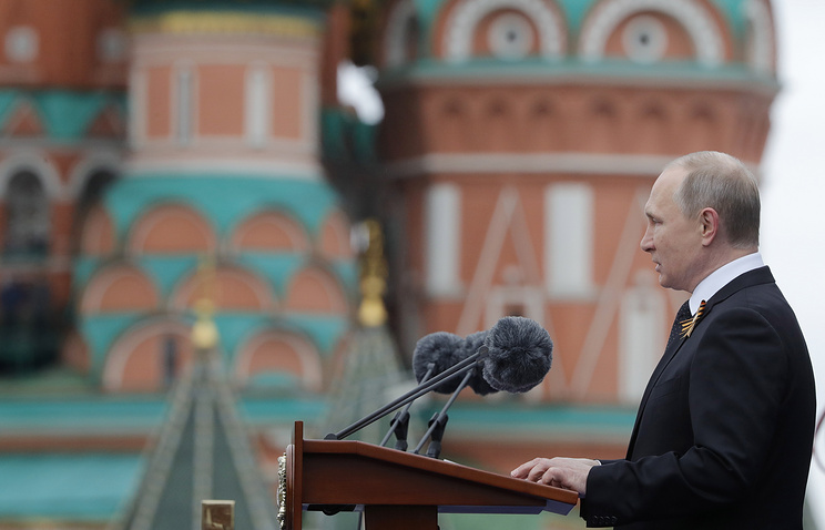 Президент России Владимир Путин выступает на Красной площади во время военного парада