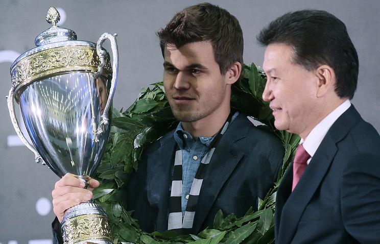 Чемпион мира по шахматам норвежец Магнус Карлсен и президент Международной федерации шахмат Кирсан Илюмжинов (слева направо)