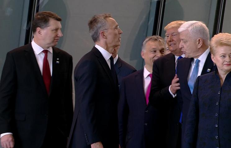 Президент США Дональд Трамп (третий справа) и премьер-министр Черногории Душко Маркович (второй справа) во время расстановки для фото на саммите НАТО в Брюсселе