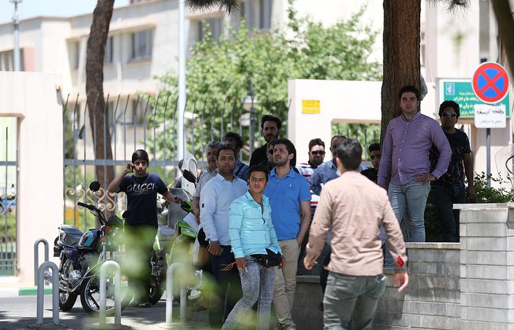 Около здания парламента в Тегеране