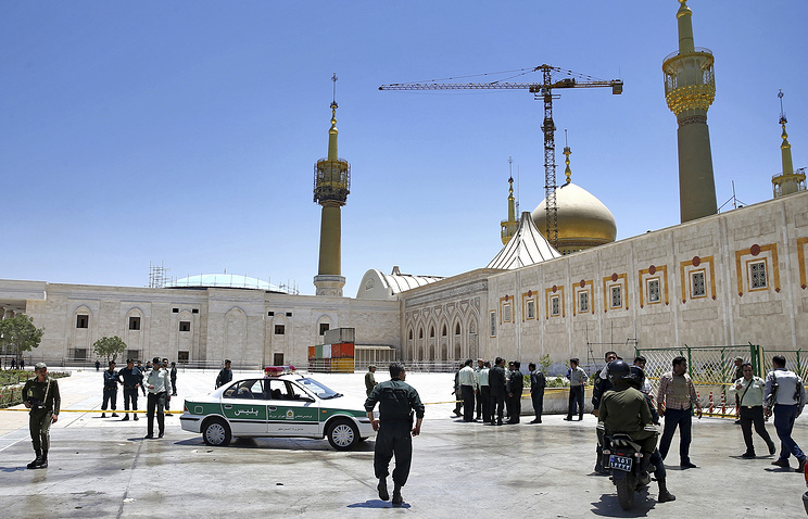 Полиция у мавзолея имама Хомейни, Тегеран, 7 июня